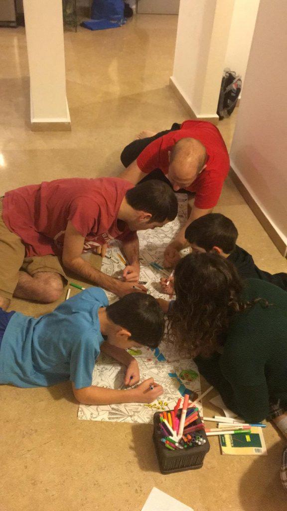 הילדים ואני מציירים על הרצפה