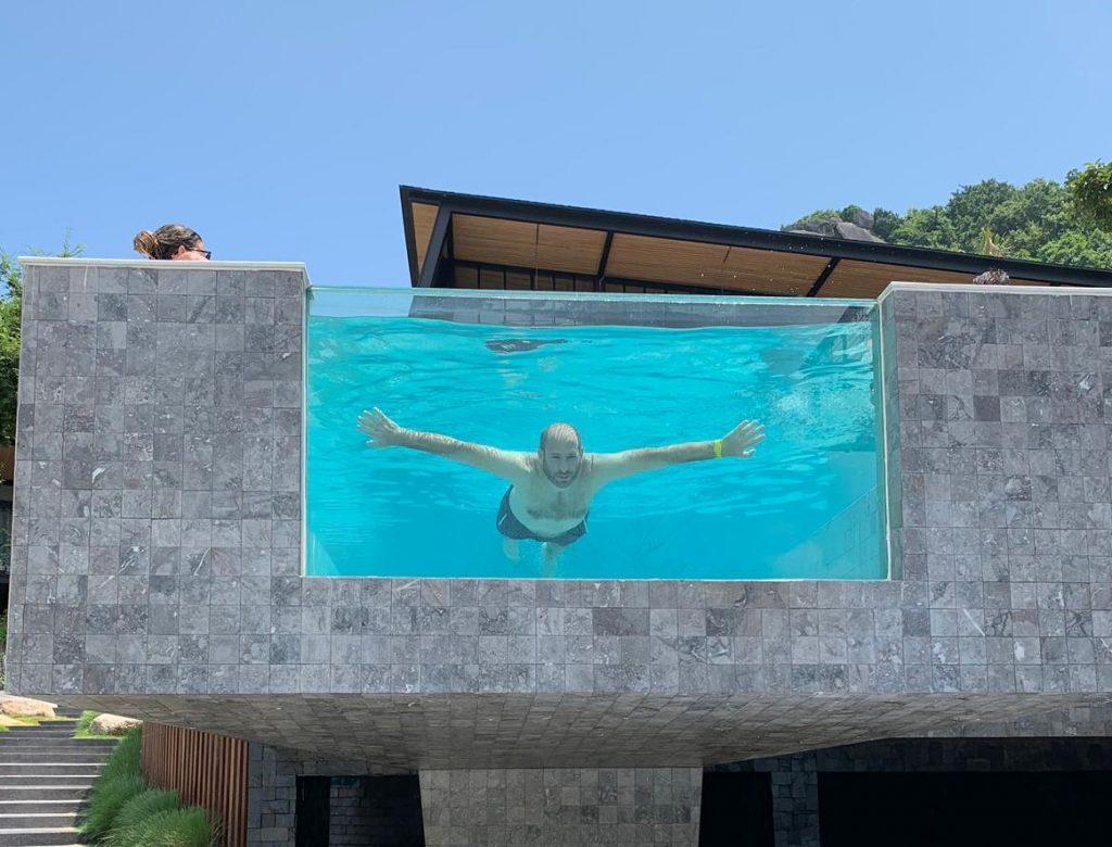 אני בבריכה בתאילנד