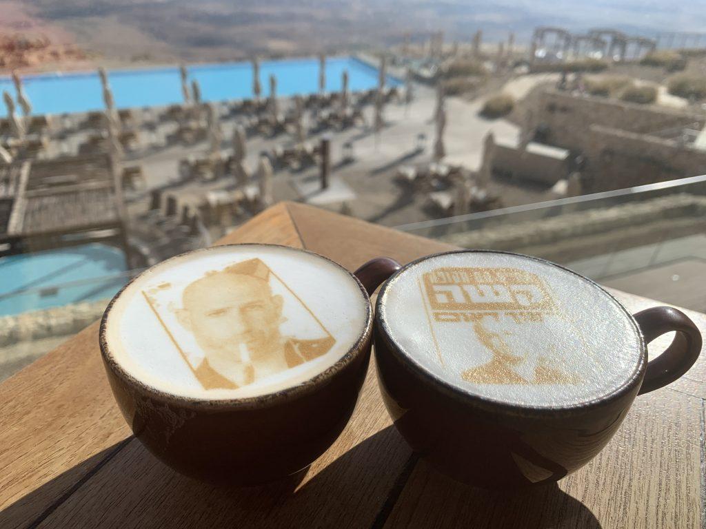 קפה של בוקר, על רקע נופי המלון במדבר