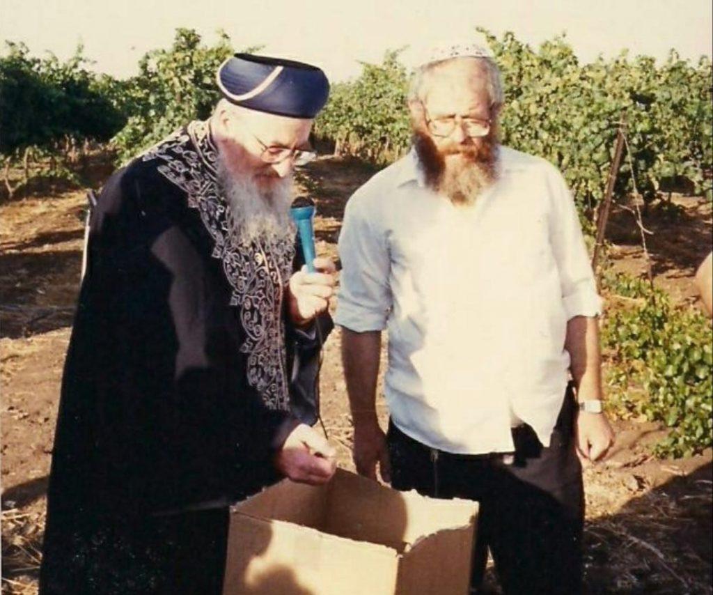 """הרב מרדכי אליהו זצ""""ל ואבי, הרב יחזקאל דאום זצ""""ל , בעת הביקור בגולן"""