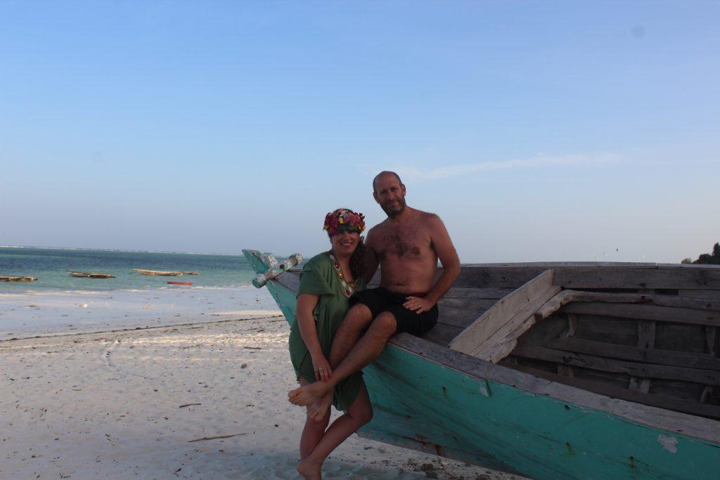 אפרת ואני על החוף בזנזיבר